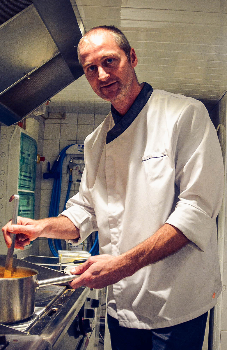 Le chef David Jaillon en cuisine